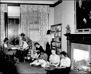 Hunter College students in the Roosevelt House library, 1950s. Courtesy Hunter College.